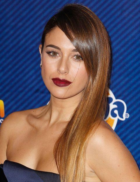 <p><strong>Blanca Suárez </strong>adapta este look combinándolo con una melena ladeada y lisa muy favorecedora. El resto del maquillaje se mantiene discreto para no restar protagonismo a los labios.</p>