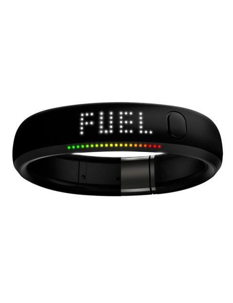 <p>La apuesta de Nike en el sector de las pulseras inteligentes es <strong>Fuel Band</strong>, un 'gadget' con una pequeña pantalla de leds que cuantifica las actividades diarias, las calorias gastadas y hasta el día y la hora. La novedad es que cada una de tus actividades genera 'Nike Fuel', puntos que van añadiéndose a tu cuenta y que te permiten alcanzar objetivos prefijados, compararte con otros usuarios u obtener recompensas.</p><p>Fuel Band puede conectarse a una <i>app</i> (solo disponible para iOS) que permite conocer toda la información sobre tu actividades al detalle y establecer patrones entre ellas. Esta pulsera dispone de una fila de luces LED que van encendiéndose a medida que cumplas tus objetivos cada día. ¿Lo peor? que, por el momento, solo puede adquirirse desde Estados Unidos o Reino Unido.</p>