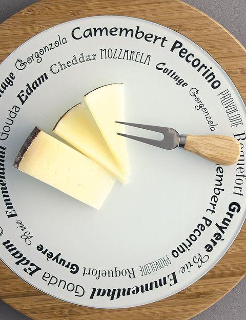 <p>Cada tipo exige un corte distinto pero, en general y siempre que sea posible por la forma del queso, este debería cortarse en triángulos. La razón es simple. El queso no madura de forma homogénea, y estará más curado en las partes más cercanas a la corteza que en el interior. Cortándolo en triángulos, conseguiremos disfrutar de las diferentes maduraciones en la misma loncha. Con los quesos más cremosos puede resultar difícil hacer un corte limpio con el cuchillo, porque muchas veces se pega, así que apunta un consejo: humedecelo con un aceite de oliva rico, y verás como es mucho más fácil. </p>