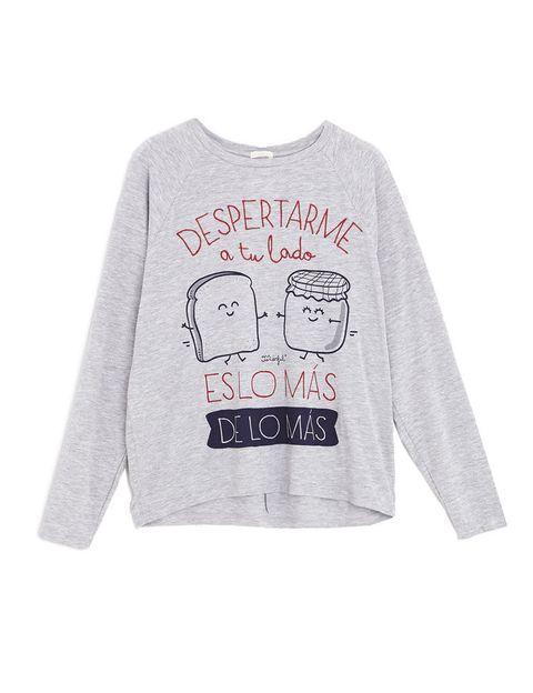 <p>Bajo el lema &quot;<strong>Despertarme a tu lado es lo más de lo más</strong>&quot;esta camiseta de manga larga en gris representa a su tostada y mermelada más mítica.</p>