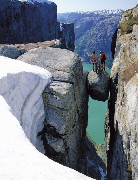 <p>Sólo con ver la imagen seguro que a muchos ya les tiemblan las piernas. La roca Kjerag está encajada entre dos paredes rocosas y se encuentra a 1.000 metros de altura sobre el fiordo noruego Lysefjorden. Hacerse fotos sobre ella es posible, sólo hay que reunir el valor suficiente.</p>