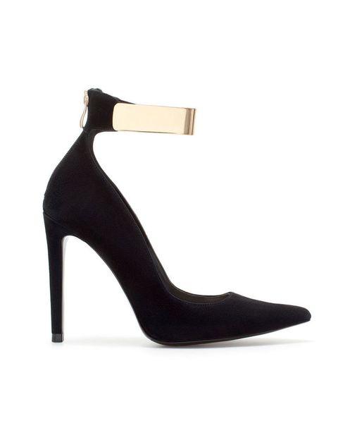 <p>Salones con pulsera al tobillo dorado, de <strong>Zara</strong> (59,95 €).</p>