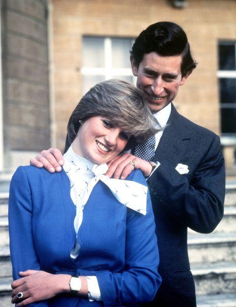 <p>La camisa blanca con lazada es tendencia de este otoño, y ella ya la llevó en 1981.</p>