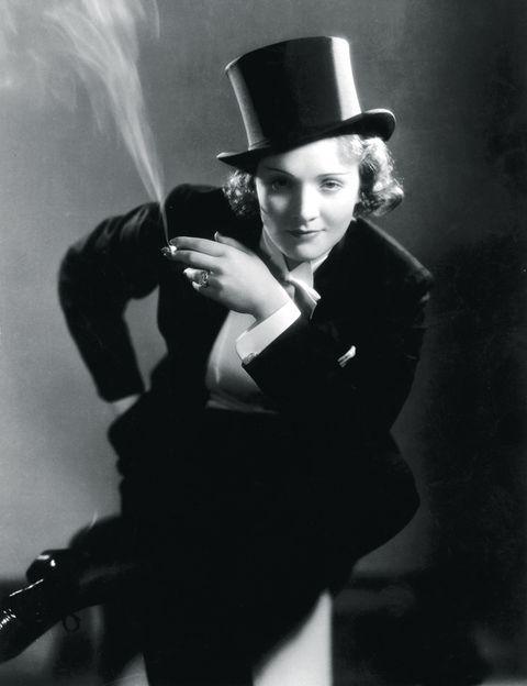 <p>Corría el año 1930 y <strong>Marlene Dietrich</strong> era conocida entre el público por sus películas y también por mantener relaciones afectivas con hombres y con mujeres. Ese mismo año, se estrenó <strong>'Marruecos'</strong> y la Dietrich dejó noqueado a todo el mundo. Fue la primera vez que una mujer lucía pantalones en el cine, en este caso un precioso esmóquin con pajarita y chistera, en una escena en la que cantaba en un cabaret y, al terminar su actuación, besaba a una mujer del público.</p>