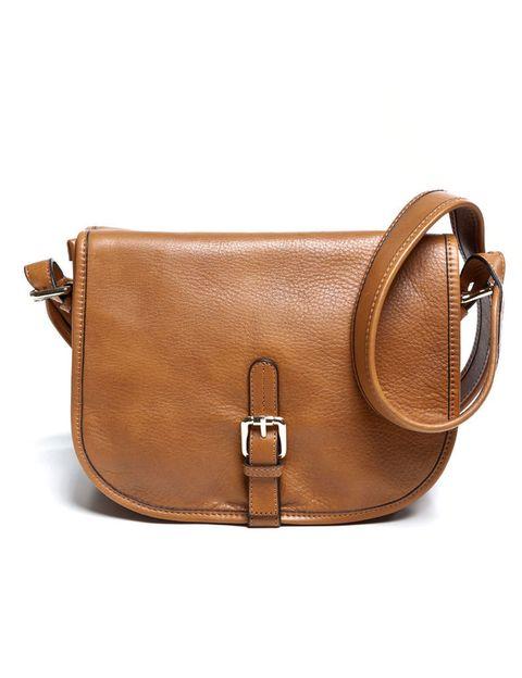 <p>Bandolera de piel con solapa y detalle de hebillas, con bolsillo exterior trasero y compartimentos para móvil y monedero. De <strong>Uterqüe</strong> (149 €).</p>