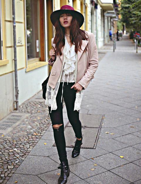 <p>La bloguera de Natalie Off Duty nos da una pista de cómo lucir con clase el 'look' Birkin modernizado: una camisa folk con gasa y encaje y la pamela de fieltro en 'burgundy' son la clave de un 'outfit' ideal que se nutre de la blazer rosa y el pitillo roto.</p>
