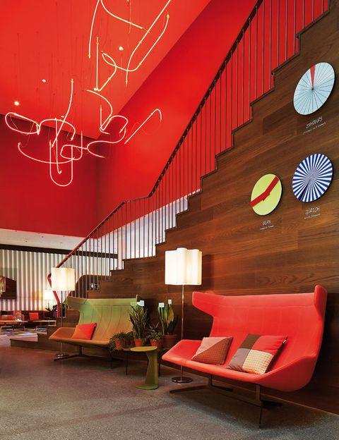 <p>El <i>lobby</i> del 25hours es toda una carta de presentación: color a raudales, piezas de Häberli (como el sofá <i>Take a line for a walk</i>, para Moroso) y relojes suizos reinterpretados. </p>
