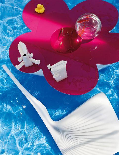 <p>se inaugura con <i>Agatha,</i> una mesa floriforme y bicolor con un llamativo sobre en rosa chicle que mide 95x90, al. 45 cm. Es un diseño de Agatha Ruiz de la Prada para Vondom y cuesta 550 €.</p><p>Sobre ella descansan unos simpáticos jarrones de loza blanca con forma cuasihumana, modelo <i>Armsandcraft,</i> una obra de Roger Krasznai para Homeless Design, 51 €/cu.</p><p>Al lado, la silla <i>Biophilia,</i> 47x56, al. 103 cm, un homenaje de Ross Lovegrove al estilo orgánico de Antonio Gaudí. De Vondom, desde 250 €. </p>