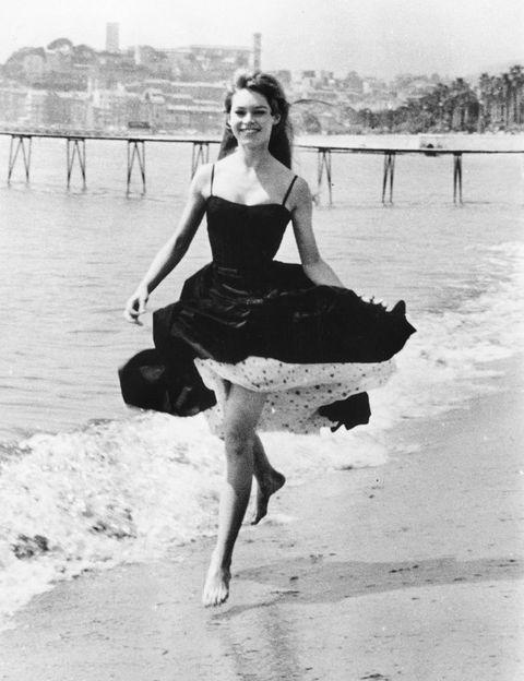 <p>La icónica actriz francesa, que en 1953 sorprendió al mundo al posar en bikini (lo hizo precisamente en Cannes en 1953), volvió a la Croisette en 1956. El vestido negro de BB con bajo de can-can llenó el Festival de 'chic' parisino.</p>