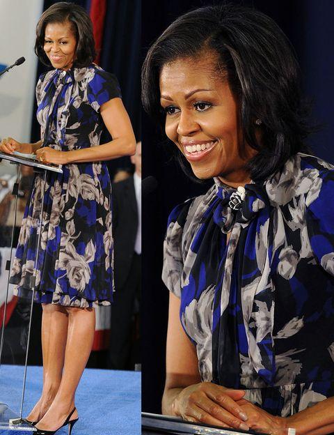 <p>Michelle Obama tiene claro lo que le sienta bien y lo explota. Ha encontrado un favorecedor estilo lady que luce en looks como este vestido floral con lazada en el cuello.</p>