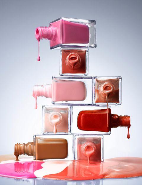 <p>Este verano van a reinar los tonos 'nude'. El maquillaje natural está a la orden del día tanto en el rostro como en las uñas. Pero no podemos olvidarnos de los colores para alegrarnos el verano, colores pastel, aguamarina, violetas, rosa intenso, blanco o el dorado son nuestras apuestas para esta temporada.</p>