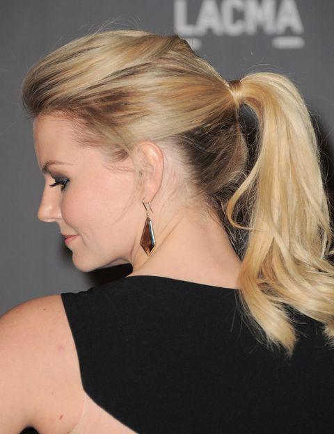 <p>Ideal esta coleta a media altura con tupé de <strong>Jennifer Morrison</strong>. Consíguela cardando los mechones superiores del pelo antes de recogerlo. Aporta el toque sofisticado cubriendo la goma con un mechón de pelo.</p>