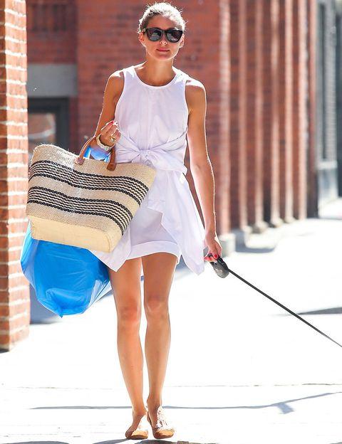 <p>Si quieres estar a la última, tienes que hacerte con un vestido blanco. Nosotras fichamos este modelo de <strong>Olivia Palermo</strong> que combina con bailarinas nude y capacho.&nbsp;</p>