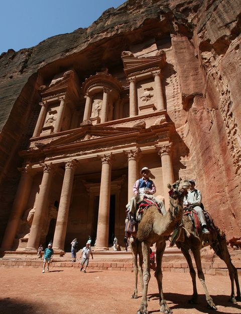 """<p>Es uno de los países del Próximo Oriente que más turistas atrae. Su mayor tesoro es Petra, la espléndida capital de los nabateos con una arquitectura tallada en la piedra arenisca capaz de dejar sin palabras. Pero el viaje no acaba aquí, el desierto de Wadi Rum bien merece una visita para contemplar el color rojo de su arena, sus montañas erosionadas o sus carabanas de dromerarios. Descúbrelo en <a href=""""http://www.expedia.es/"""" target=""""_blank"""">Expedia.es</a>.</p>"""