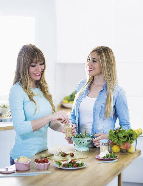 """<p>'Hemos probado todo tipo de dietas aburridas', cuentan Ani y Sara, creadoras de <a href=""""http://blogs.womenshealth.es/fithappysisters/"""" target=""""_blank"""">Fit Happy Sisters</a>. Estas dos hermanas acaban de lanzar&nbsp;'No hagas dieta nunca más', su primer libro de recetas saludables, aunque construyeron su imperio 'healthy' casi por casualidad: 'A través de Instagram, seguíamos a gurús del 'fitness' de otros países que publicaban lo que comían. Y veíamos que se permitían comer cosas como tortitas, de modo que empezamos a investigar'. El siguiente paso fue crear su propia cuenta en la red social para compartir sus recetas sanas. Hoy en día, ya tienen enganchados a casi 300 mil seguidores que han caido rendidos a sus recetas saludables pero deliciosas: tortitas, 'brownies', sandwiches... Hoy ya no hacen dieta, y nos dan las claves para que tú tampoco la tengas que hacer.</p>"""