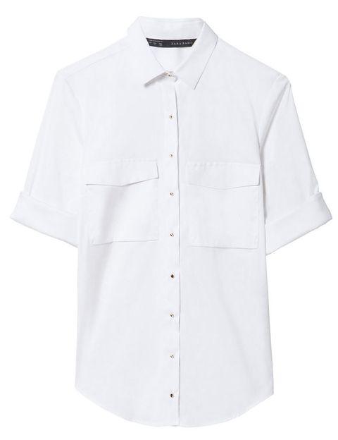 <p>Camisa básica de fondo de armario, de <strong>Zara.</strong></p>