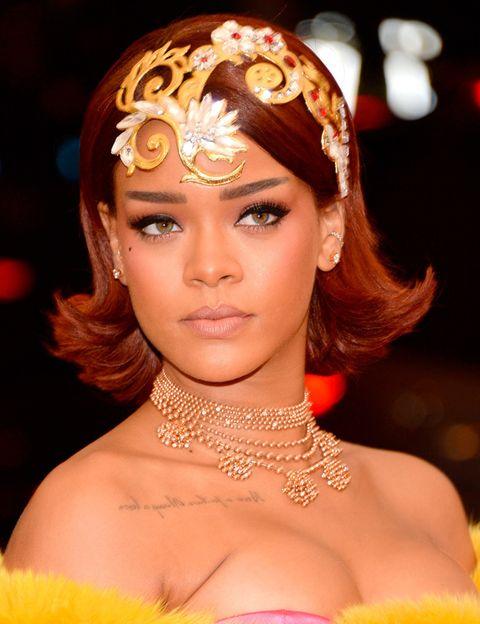 <p>Si su vestido capa no era suficiente,&nbsp;<strong>Rihanna</strong> le ha añadido a su outfit un tocado dorado metalizado que llega hasta su frente.</p>
