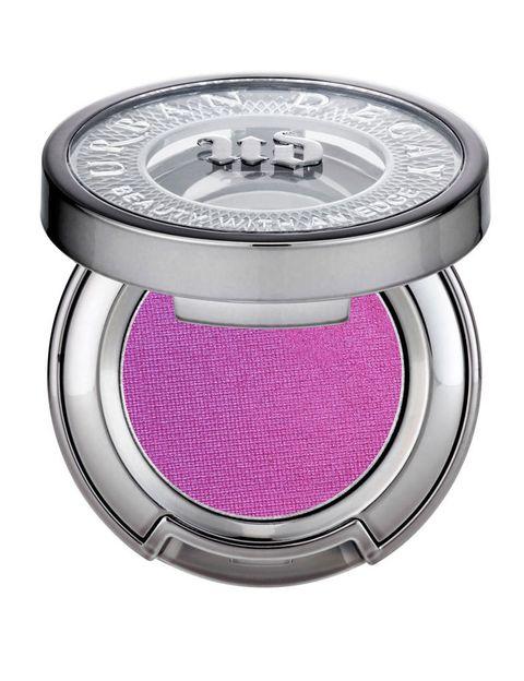 <p>Se llama 'Radiant Orchid' y, según Pantone, será el color del 2014. Su éxito en el mundo de la belleza está asegurado, ya que es un tono perfecto para maquillar tanto ojos como mejillas o labios. Sombra en polvo (17 €), de <strong>Urban Decay</strong>. En el tono 'Fishnet'.</p>