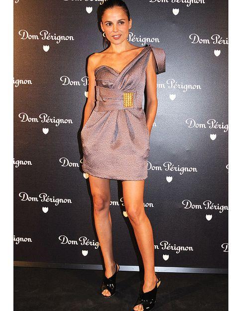 <p>Otra de nuestras favoritas es la actriz Elena Anaya. Adoramos su vestido asimétrico con escote corazón, cinturón joya, botines peep toes negros. &nbsp;</p>