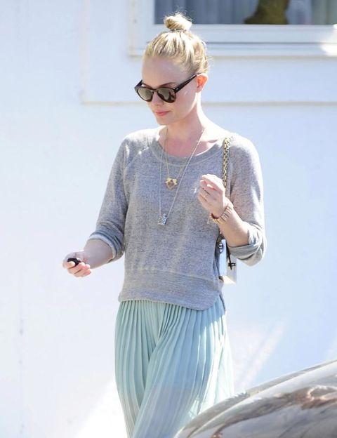 <p>No hay peinado más sencillo ni más cómodo: el <i>top knot</i> aporta un toque de estilo sin esfuerzo, como demuestra el look de calle de <strong>Kate Bosworth</strong>. Conjúntalo con un tono de labios brillante.</p>