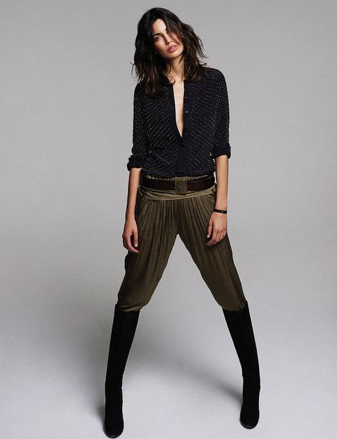 <p>Camisa (248 €), de <strong>Guess by Marciano</strong>. Pantalón de seda (49,95 €), de <strong>Zara</strong>. Botas de ante (190 €), de<strong> Geox</strong>. Brazalete (42 €), de <strong>Malababa.</strong> Cinturón 'vintage'.</p>