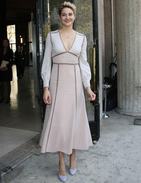 <p>La actriz de la saga 'Divergente' y de 'Bajo la misma estrella' <strong>Shailene Woodley</strong> acudió al desfile de <strong>Miu Miu</strong> con un vestido midi bicolor combinado con unos zapatos en azul pastel.</p>