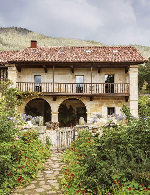 <p>La vivienda, una típica casona cántabra del s. XVIII, tuvo que ser reconstruida por completo, debido a su estado prácticamente en ruinas. Para mantener todo su encanto y la integración con el entorno, se ha respetado fielmente toda la arquitectura exterior.</p>