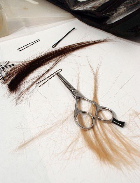<p>Es una de las quejas más comunes: <strong>¿cuántas mujeres han ido a cortarse las puntas y han salido del salón con un palmo menos de pelo?</strong> Por suerte, los expertos comentan que ya no es algo tan habitual: &quot;hoy en día creo que ya es un mito aquello de querer cortarse las puntas y salir con 7 cm de menos de melena, los estilistas cada vez son mas comprensivos a la hora de cortar&quot;, dice Víctor Latorre.</p><p>Por si acaso, los directores de Green Hair &amp; Beauty señalan: &quot;Recomendamos que siempre, vayas donde vayas, te asegures de obtener lo que deseas. Nosotros siempre cortamos poco a poco y preguntamos a la persona si le parece bien&quot;.</p>
