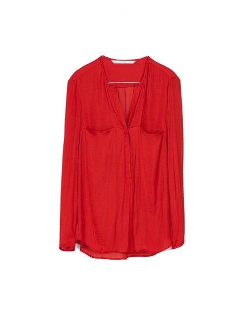 <p>Si quieres ser el centro de atención, opta por una camisa roja, que siempre da un toque sofisticado. <strong>Esta es de Zara, 19,95 €.</strong></p>