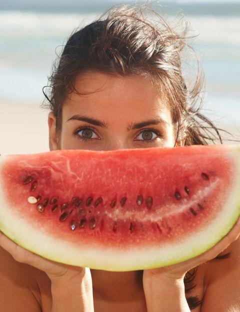 <p><strong>¿En qué consiste la Dieta de la Zona?</strong></p><p>'La dieta de la Zona es un equilibrio nutricional que actúa corrigiendo los errores dietéticos. Es, al fin y al cabo, una dieta equilibrada entre grupos de nutrientes', cuenta la doctora. 'Su concepto básico es el aporte en cada unas de las comidas de Hidratos de Carbono, proteínas y grasas, en una proporción del 40%, 30% y 30%, respectivamente. La Dieta de la Zona enseña a alimentarse correctamente proporcionando beneficios adicionales para la salud. Además, elimina la sensación de hambre entre las comidas y permite alcanzar el peso ideal sin perder masa muscular. Puede seguirse a cualquier edad y con cualquier estado de salud.' </p>