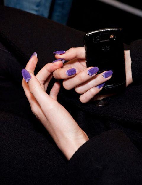 """<p><strong>Ruffian</strong> nos muestra lo último en uñas: la manicura aterciopelada. ¿La quieres? La firma británica <a href=""""http://www.ciate.co.uk/velvet-manicure.html/"""" target=""""_blank"""">Ciaté </a>tiene un kit para conseguirla.</p>"""