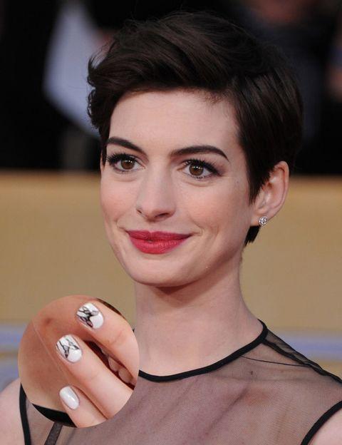 <p><strong>Anne Hathaway</strong> también ha caído rendida a las manicuras originales con éste elegante diseño: unas mariposas negras sobre fondo blanco.</p>