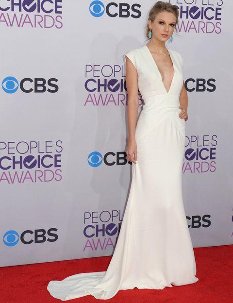 <p><strong>Taylor Swift</strong> tiene un estilo que nos encanta. De noche arrasa con sofisticados vestidos como este blanco que lució en los People's Choice Awards 2013. Lo firma <strong>Ralph Lauren Collection</strong> y nos gustó su corte con cola y pronunciado escote en pico.</p>