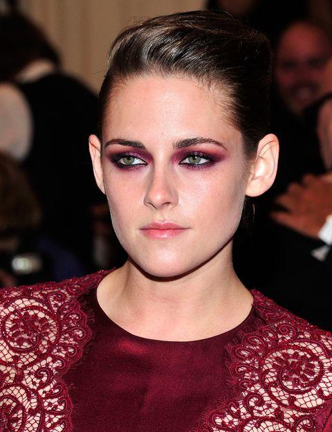 <p><strong>Kristen Stewart</strong> ha convertido los ojos ahumados de colores en su seña de identidad. En este caso, los conjuntó con su traje en color burdeos. </p>