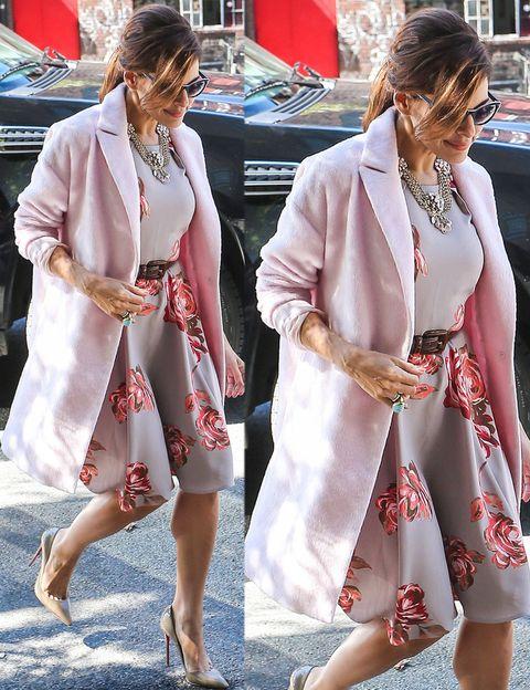 <p>En cambio&nbsp;<strong>Eva Mendes</strong> saca este color de la alfombra roja y se pasa a los looks de calle con este romántico outfit con una de las prendas estrella de la próxima temporada, el 'candy coat'. De 10 también su vestido con print de flores, su collar XL y sus salones nude.&nbsp;</p>