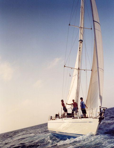<p>Un velero es la solución perfecta para los que no conciben las vacaciones alejados del mar. Prueba a alquilar uno con un grupo de amigos o con la familia y recorre las costas de Ibiza, Menorca o Mallorca. Y si no tienes conocimientos para guiar tu propio barco, existen agencias en las que puedes reservar tu viaje guiado por un patrón que te enseñará todo lo que necesitas saber.</p>