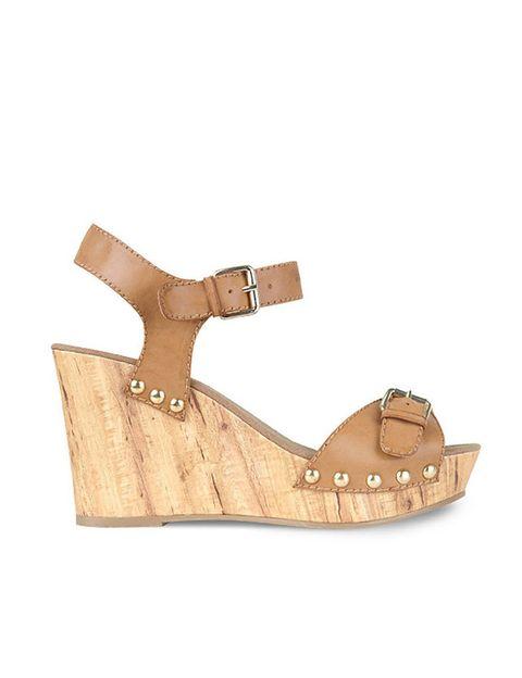 <p>Zapato de cuña con hebilla y tachas, de <strong>Blanco</strong> (32,99 €).</p>