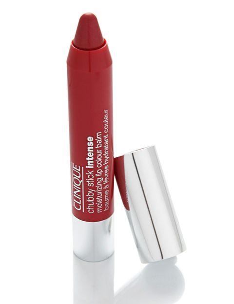 <p>'Chubby Stick Intense', bálsamo de labios hidratante con color intenso. Repara los labios secos y maquilla con resultados duraderos. De <strong>Clinique</strong> (20 €).</p>
