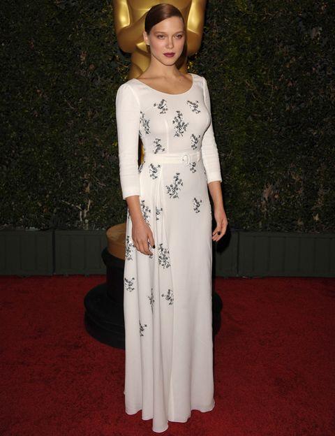 <p>En la última edición de los Governors Awards apostó por un vestido de color blanco de manga larga con print floral de <strong>Prada</strong>. De 10.</p>