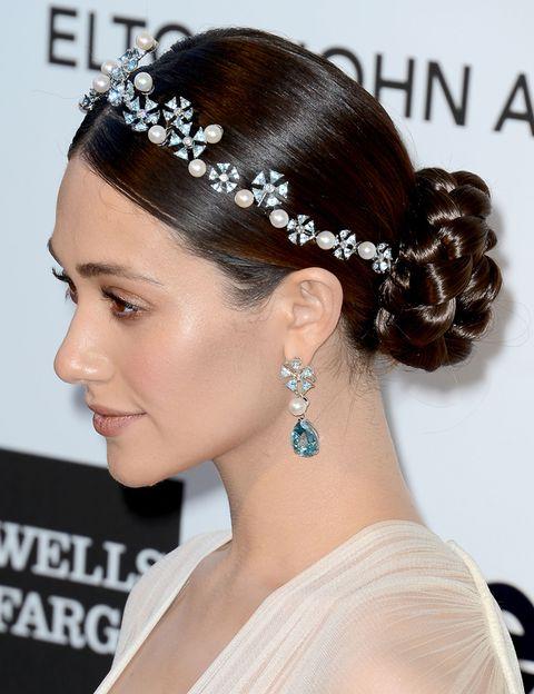 <p>La tiara es un accesorio en auge entre las novias... Esta de <strong>Emmy Rossum</strong> con brillantes aporta un extra de brillo. Combínala con pendientes tipo lágrima para un efecto más clásico o con el pelo suelto para un aspecto más informal.</p>