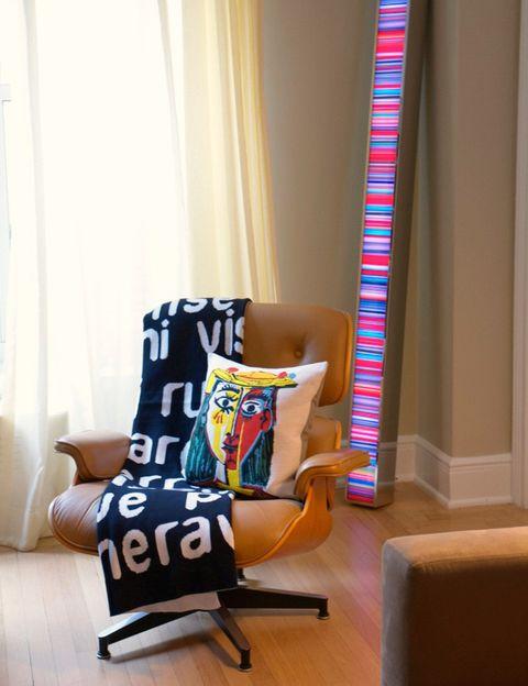 <p>Manta de algodón de la compañía italiana Creativando, junto a un cojín con un dibujo de Picasso, de la firma francesa Jules Pansu. Detrás, una escultura de luz del artista alemán Hans Kotter.</p>