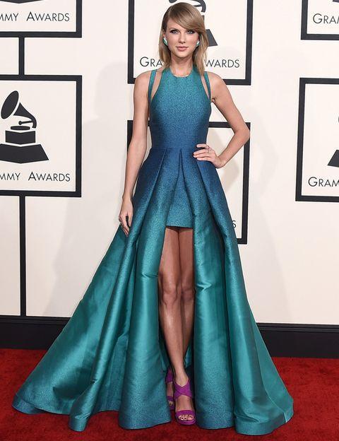 <p><strong>Taylor Swift</strong> deslumbró con este vestido tail hem con detalles cut out en el escote halter en color azul verdoso metalizado de <strong>Elie Saab Primavera 2015</strong>. Sus sandalias moradas creaban un bonito contraste.&nbsp;</p>