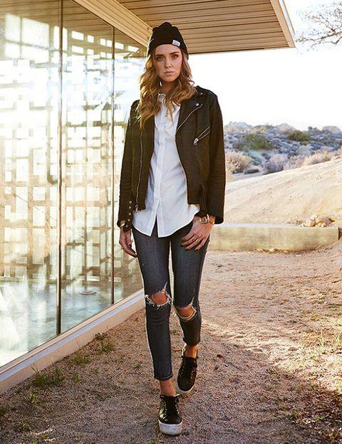 <p>Chiara Ferragni, con un 'look' sencillo de Perfecto, camisa blanca, pantalones rotos y deportivas. Eficaz y 'cool'.</p>