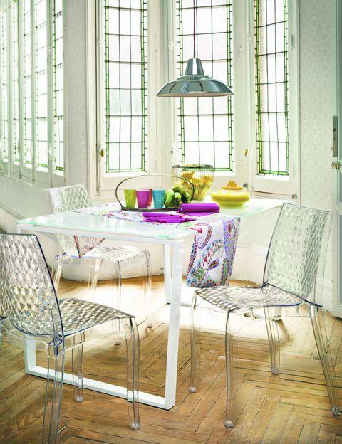 <p>Unas sillas transparentes harán mucho más ligero tu comedor o el rincón de estar. Estas, de dibujo diamantino, van a la perfección con la mesa de comedor, que tiene también cristal transparente en la superficie.</p>