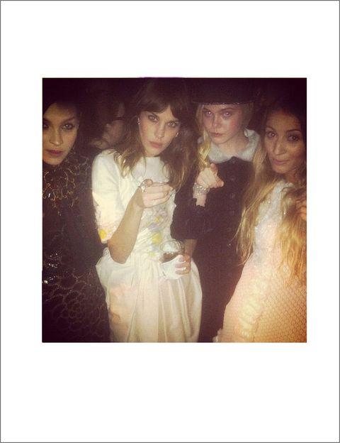 <p>En una fiesta de Chanel, vestida de la <i>maison</i>, y acompañada de otras Vips como Elle Fanning. </p>