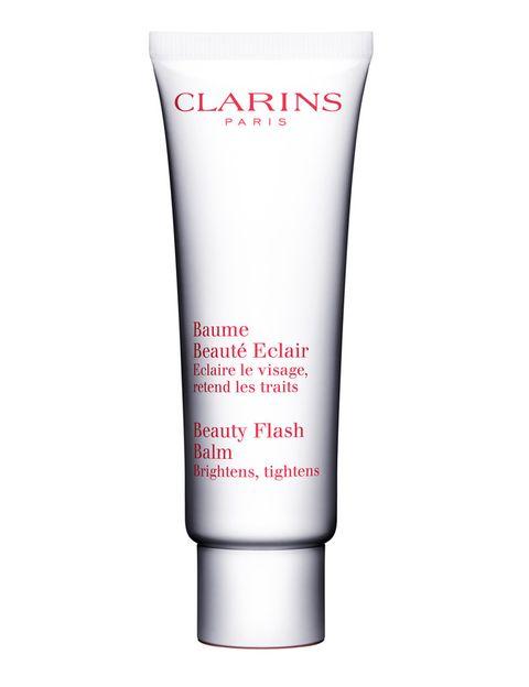 <p>¿Te has levantado con mala cara? Merece la pena invertir un minuto en aplicar <i>Baume Beaute Eclair</i>, un 'bálsamo milagroso' de <strong>Clarins</strong> que hidrata, ilumina y disimula los signos del cansancio. Extiéndelo por el rostro y aplica inmediatamente el maquillaje, no es necesario esperar. Notarás la diferencia (33 €).</p>