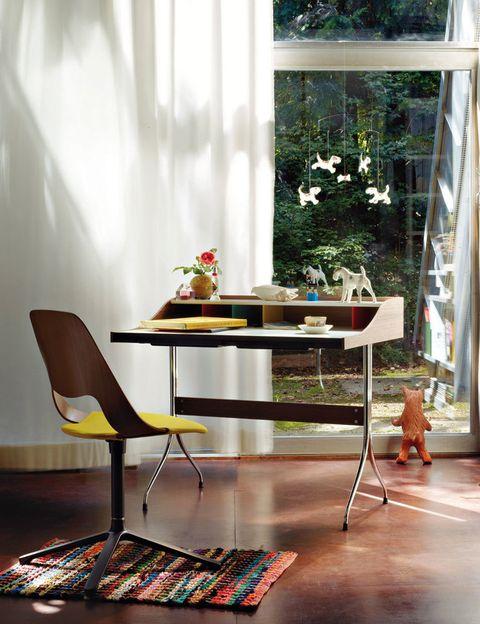 <p>Dos grandes maestros del diseño firman las piezas clave de este espacio: la silla Jill Fourstar, by Alfredo Häberli, y la mesa Home Desk, de George Nelson, ambas editadas por Vitra. ¡Magníficas!</p><p><strong>El triunfo del revival.</strong> El mobiliario destila un aire fifties capaz de abrir el apetito laboral de cualquiera. Ideal para fans del vintage.</p><p><strong>Be happy!</strong> Las figuras de simpáticos animales, como el perro que mira por la ventana, pretenden (y logran) despertar la sonrisa.</p><p><strong>Conexión in & out.</strong> Contemplar la naturaleza favorece la concentración. Por eso se ha permitido que el paisaje exterior se cuele a través del cristal. </p>