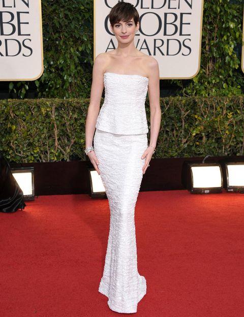 <p><strong>Anne Hathaway&nbsp;</strong>fue nuestra favorita de los Globos de Oro gracias a este dos piezas blanco con top palabra de honor y falda corte sirena de<strong> Chanel&nbsp;</strong><strong>2009, </strong>que aompañó de pendientes y brazalete de la misma firma y zapatos de<strong> Aldo.</strong>&nbsp;</p>