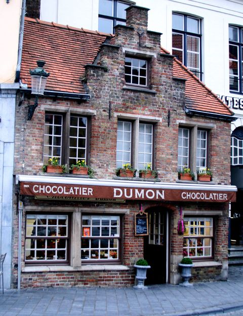<p>Bélgica es el país del chocolate por excelencia. En su capital pero también en ciudades como Brujas o Gante, es imposible no toparse con la gran cantidad de tiendas especializadas en chocolate que hay por sus calles. Puedes encontrar numerosos motivos realizados con este dulce manjar, desde personajes infantiles, el turístico Manneken Pis o figuras eróticas. El <i>Musée du Cacao et du chocolate</i> es una visita obligada en la que podrás aprender cómo se prepara.</p>
