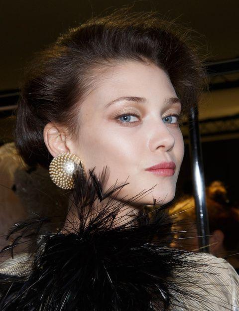 <p><strong>Armani Privé</strong> recupera todo el glamour del Hollywood clásico con un estilismo a base de mirada en color champán y un peinado de estilo <i>vintage</i>.</p>